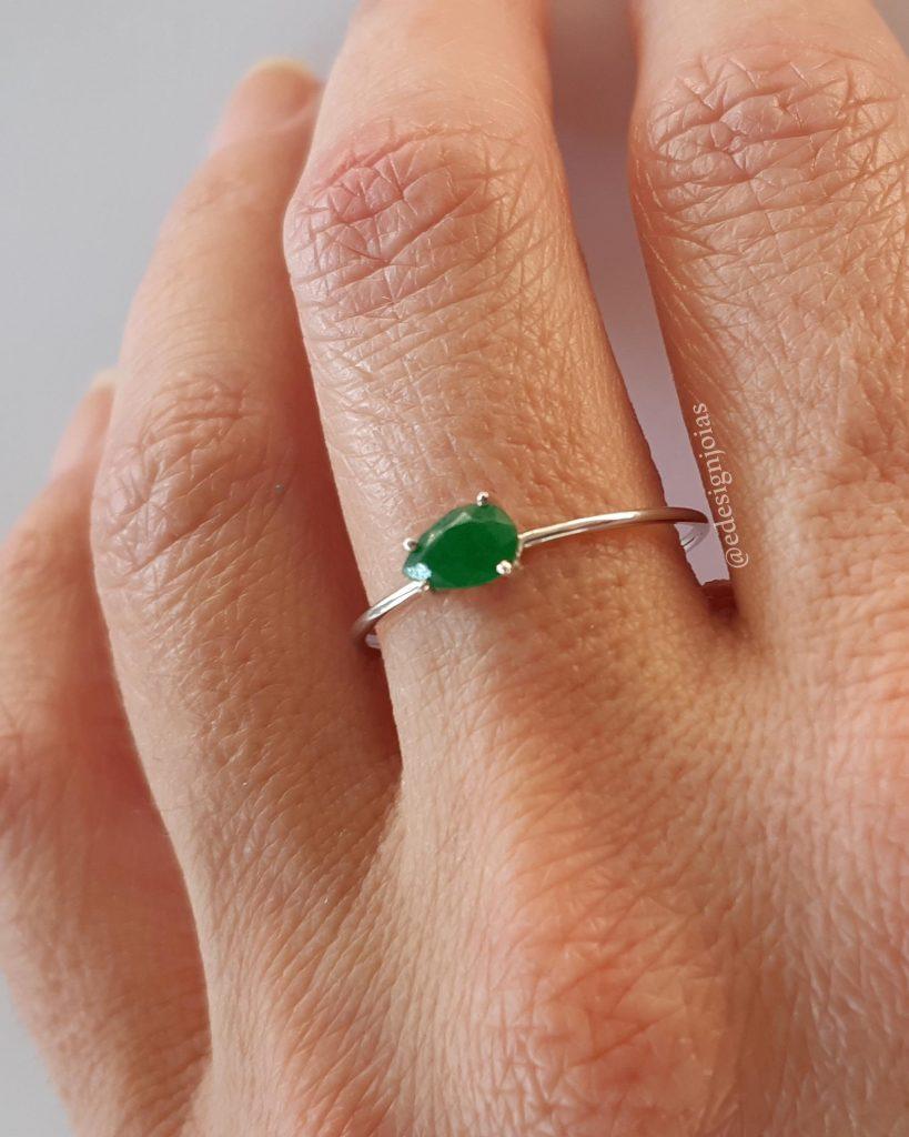 Anel ouro branco18k com Jade verde